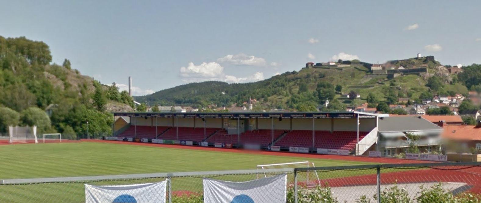 Halden Stadion med Fredriksten festning i bakgrunnen Fra Google Street View