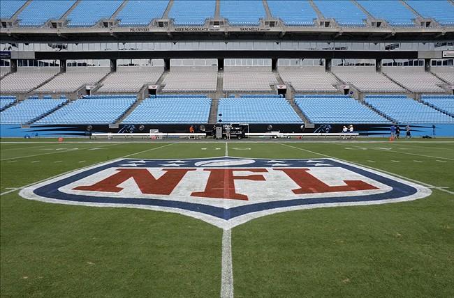 Hjemmebanen til Panthers er en av bare to stadioner i NFL med en NFL-logo og ikke en laglogo i midten. Den er der som en takk fra Richardson for at drømmen hans om fotball til Carolina ble oppfylt.