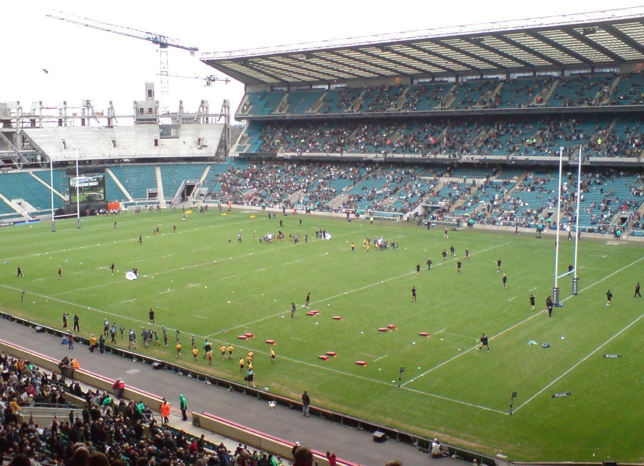Twickenham Stadium i London går fra rugby til fotball denne uka.
